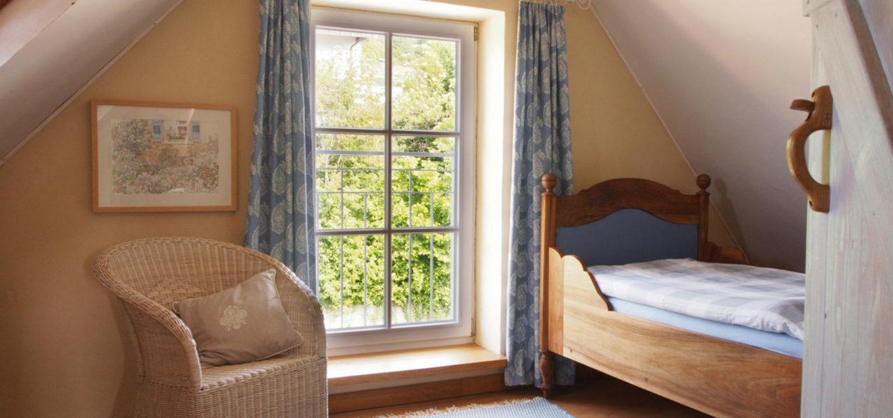 Schlafzimmer im Spitzboden der Ferienwohnung im Dachgeschoss