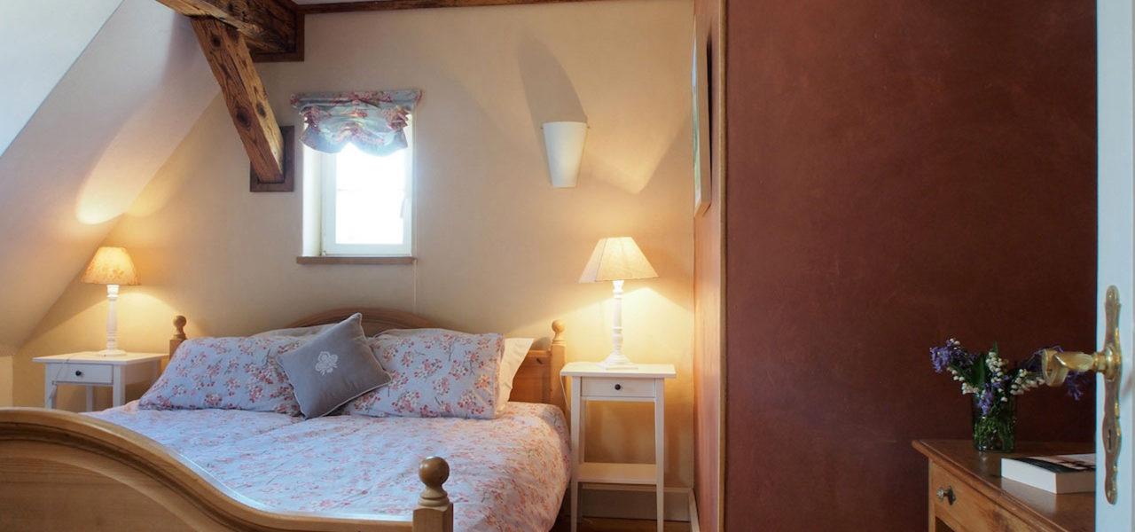 Schlafzimmer der Ferienwohnung im Dachgeschoss mit Doppelbett