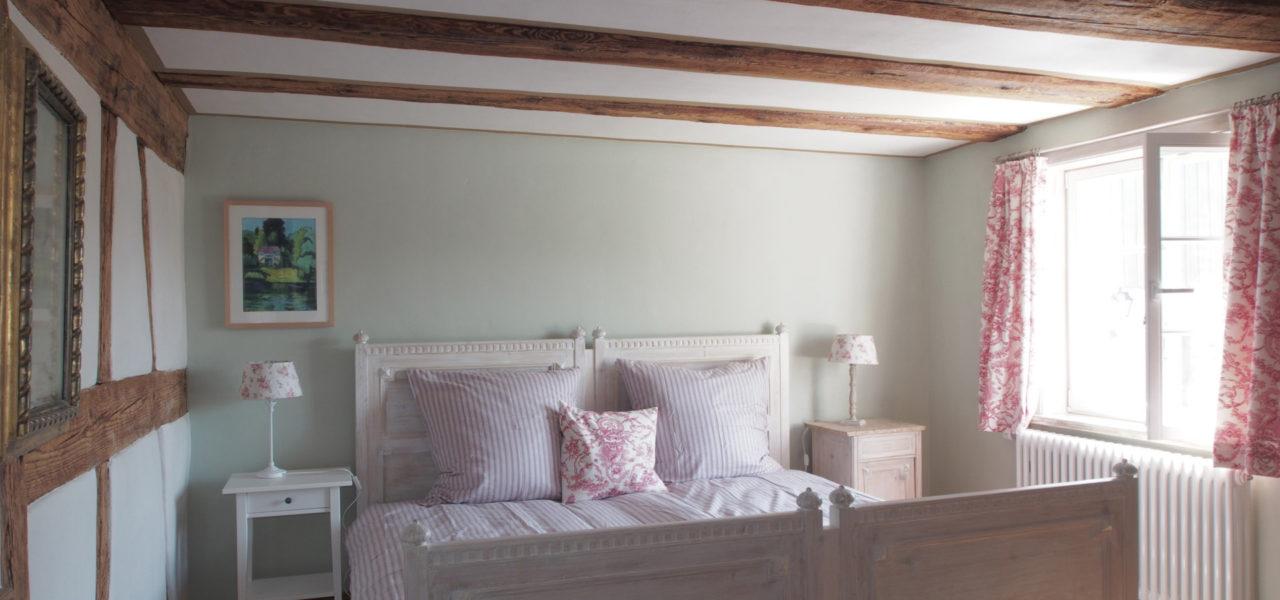 Schlafzimmer der Ferienwohnung im Erdgeschoss mit Doppelbett