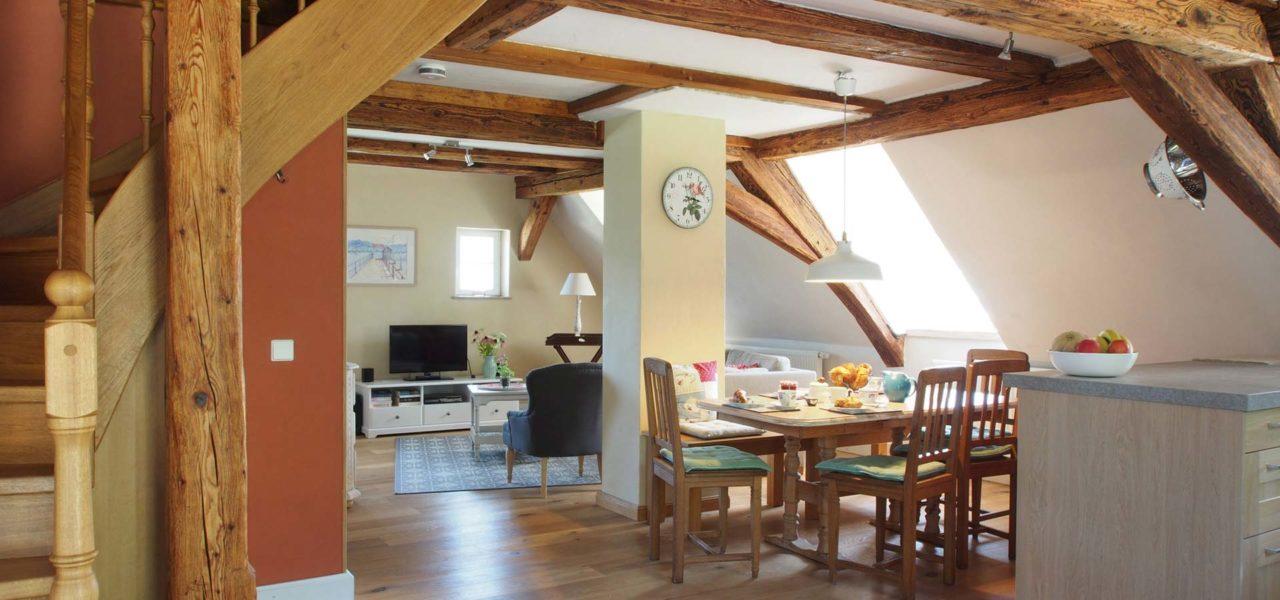 Offener Wohn-/Essbereich der Ferienwohnung im Dachgeschoss