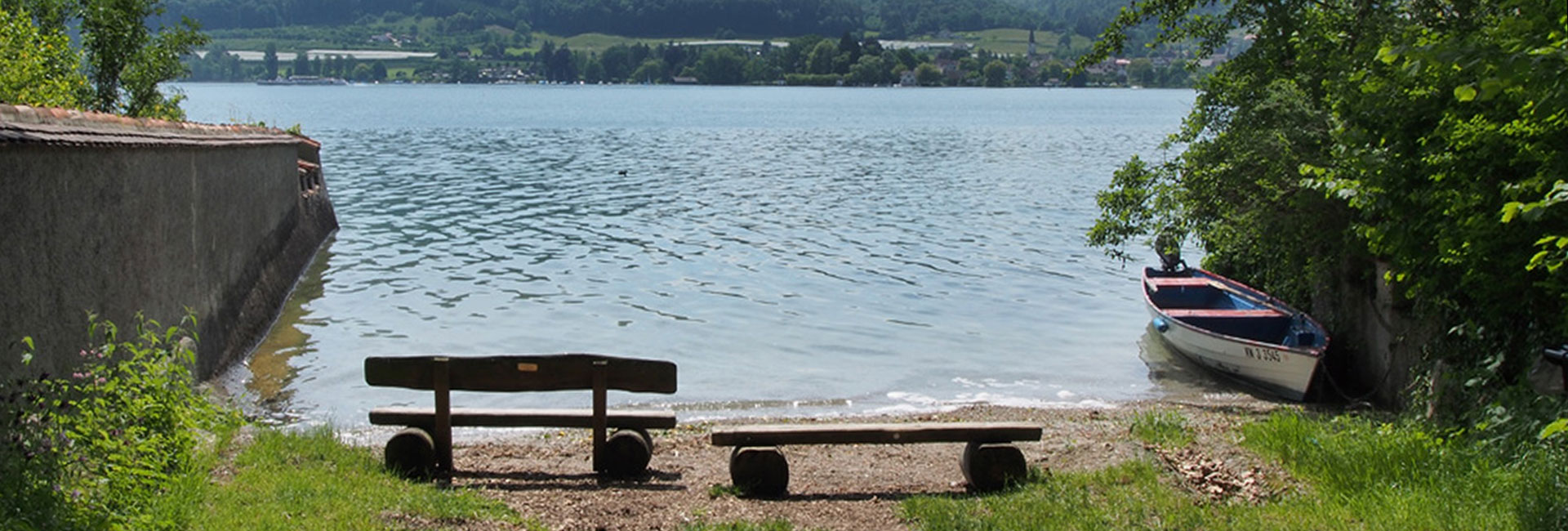 Zwei Bänke am Untersee des Bodensee bei Öhningen